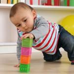 Baby beim Spielen mit Würfeln